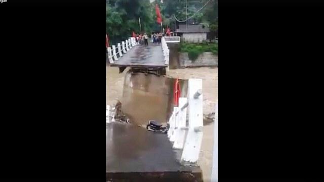 https: img.okezone.com content 2019 02 02 512 2012857 diterjang-arus-sungai-jembatan-desa-repaking-putus-n3t6dBDhy1.jpg