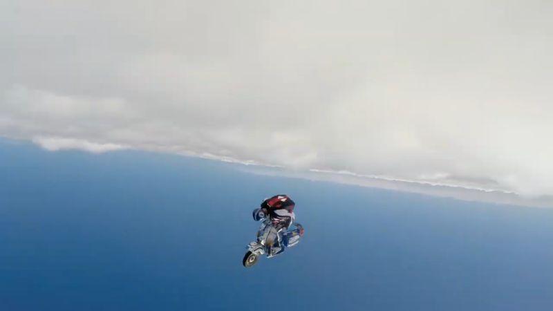 https: img.okezone.com content 2019 02 04 15 2013672 bukan-motor-terbang-pria-ini-berkendara-gunakan-vespa-diatas-awan-9tgUNlKWLC.jpg