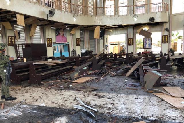 https: img.okezone.com content 2019 02 04 18 2013551 lima-anggota-abu-sayyaf-tersangka-pengeboman-gereja-filipina-menyerahkan-diri-4tz34BmFHH.jpg