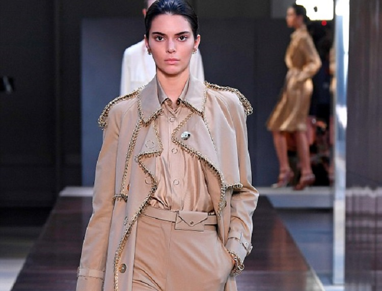 https: img.okezone.com content 2019 02 04 194 2013715 celana-bermuda-dan-4-item-fesyen-teranyar-kamu-wajib-punya-OcAtKEtoIJ.jpg
