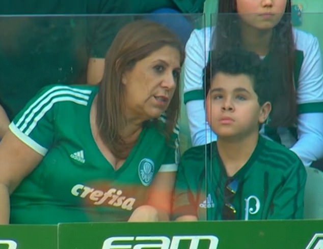 https: img.okezone.com content 2019 02 04 196 2013601 kisah-ibu-asal-brazil-ceritakan-pertandingan-bola-pada-anaknya-yang-autis-vclqv9Ueih.jpg