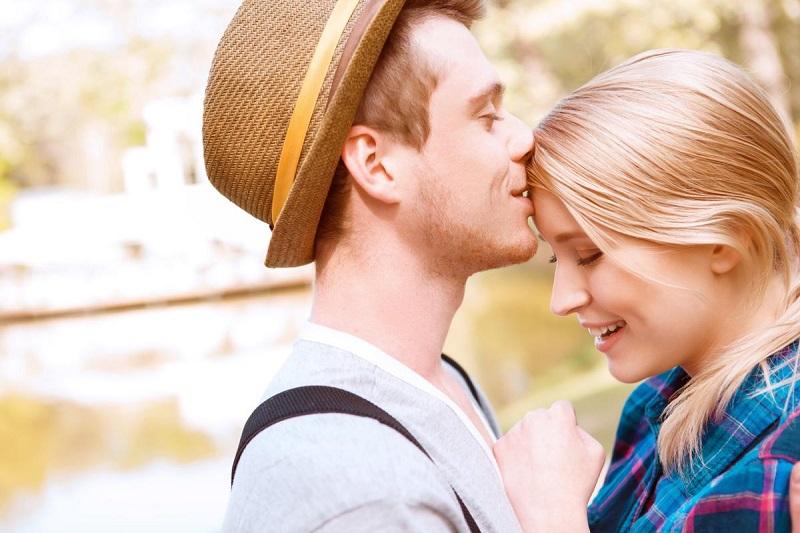 https: img.okezone.com content 2019 02 04 196 2013659 penuh-makna-inilah-6-alasan-pasangan-mencium-dahimu-lWHMMfPrAB.jpg