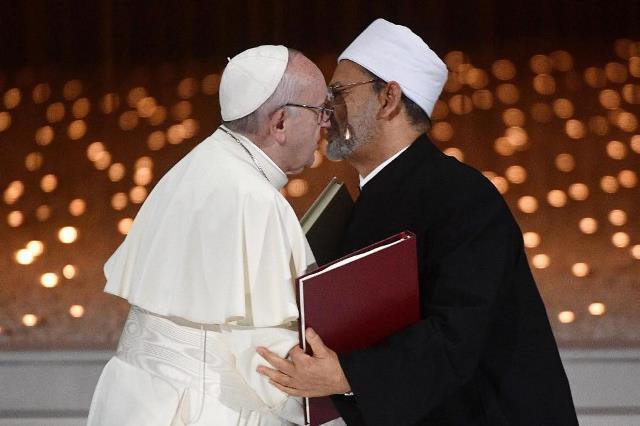 https: img.okezone.com content 2019 02 05 18 2013937 paus-fransiskus-dan-imam-besar-al-azhar-tandatangani-dekralarasi-bersejarah-soal-perdamaian-zmS50iCw35.jpg