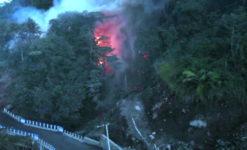 https: img.okezone.com content 2019 02 05 340 2014097 guguran-lava-gunung-karangetang-meluncur-ke-4-desa-ratusan-jiwa-mengungsi-ZbRu4Q5Yxc.png