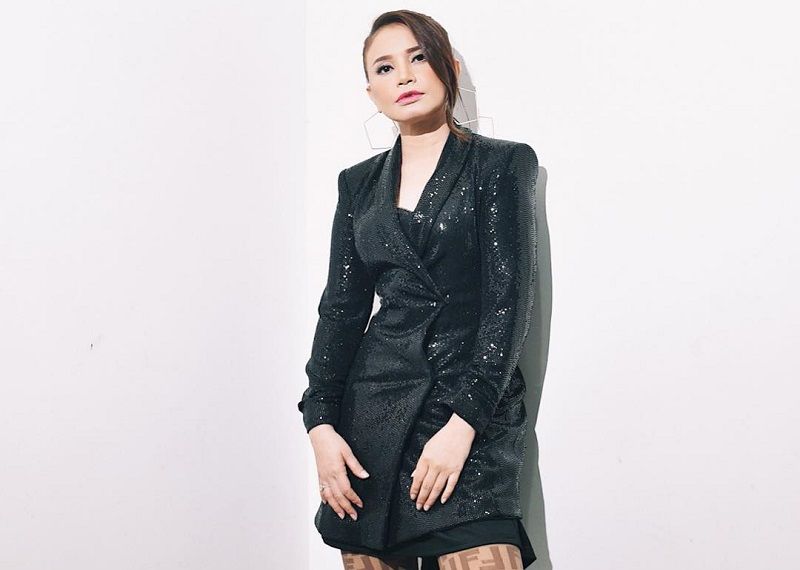 https: img.okezone.com content 2019 02 06 194 2014360 penampilan-rossa-pakai-dress-hingga-jumpsuit-elegan-banget-wHAWuSnwQX.jpg