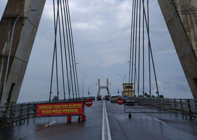 https: img.okezone.com content 2019 02 07 340 2015036 jembatan-emas-babel-rusak-ratusan-kontainer-tertahan-4-hari-di-pelabuhan-tK7tXSKtTA.jpg