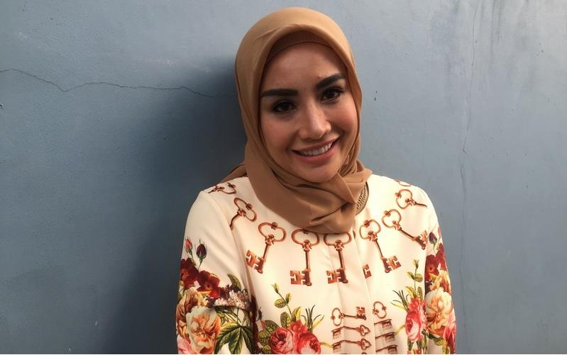 https: img.okezone.com content 2019 02 09 33 2015601 rayakan-ulang-tahun-shinta-bachir-lepas-hijab-l0k4ZhtRDf.jpg