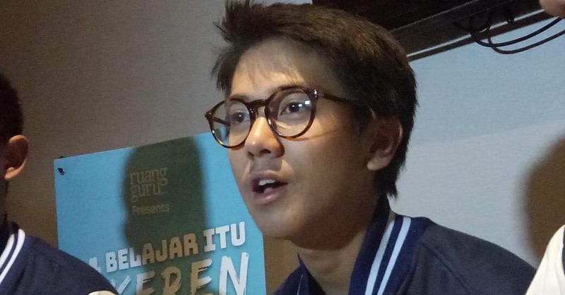 https: img.okezone.com content 2019 02 09 33 2015818 dear-fans-ini-lho-yang-bikin-iqbaal-ramadhan-bete-D12rpY9t55.jpg