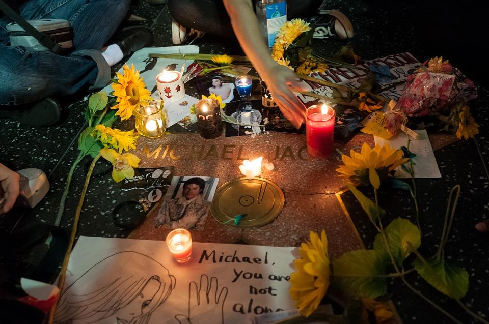 https: img.okezone.com content 2019 02 10 196 2016008 percaya-gak-percaya-wanita-ini-ngaku-lihat-michael-jackson-di-neraka-saat-mati-suri-dZSU8WnGF8.jpg