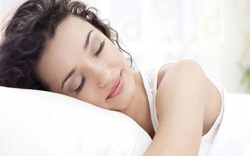 https: img.okezone.com content 2019 02 10 481 2016108 4-posisi-tidur-terbaik-gaya-janin-paling-oke-bDEjjA1r0r.jpg