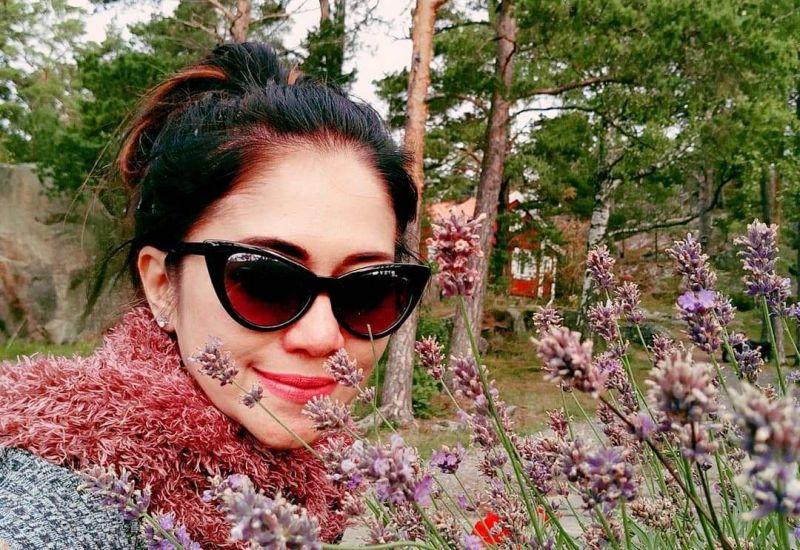 https: img.okezone.com content 2019 02 11 194 2016112 bintang-panas-sally-marcellina-bergaya-syur-branya-sampai-mengintip-quc1jx2cfW.jpg