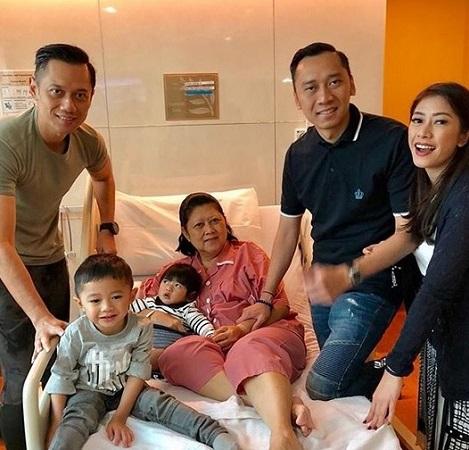 https: img.okezone.com content 2019 02 11 337 2016192 ani-yudhoyono-sudah-dirawat-di-rumah-sakit-sejak-sabtu-pekan-lalu-Yr2RRcxGKV.jpg