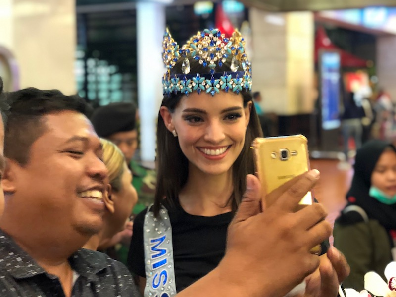 https: img.okezone.com content 2019 02 12 194 2016694 tiba-di-indonesia-miss-world-2018-vanessa-ponce-ditodong-selfie-JGHw7KglYg.jpeg