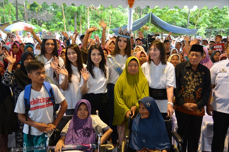 https: img.okezone.com content 2019 02 13 194 2017407 miss-indonesia-2018-dan-miss-world-2018-sambangi-korban-gempa-lombok-lNYPU1ZHTt.jpg