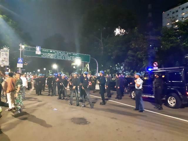 https: img.okezone.com content 2019 02 13 337 2017570 ketika-mobil-yang-ditumpangi-jokowi-dikepung-massa-aksi-di-depan-istana-FcpdIoVv6P.jpg