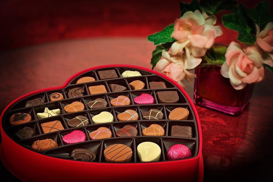 https: img.okezone.com content 2019 02 14 196 2017719 kenapa-hari-valentine-identik-dengan-memberikan-cokelat-ke-pasangan-P6ZGFXupTo.jpg