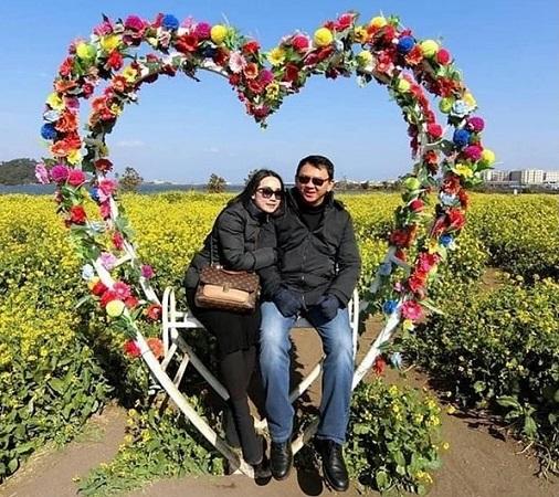https: img.okezone.com content 2019 02 14 337 2017767 valentine-beredar-foto-mesra-ahok-dan-puput-duduk-di-kursi-berbentuk-hati-oYnZlgYk2K.jpg
