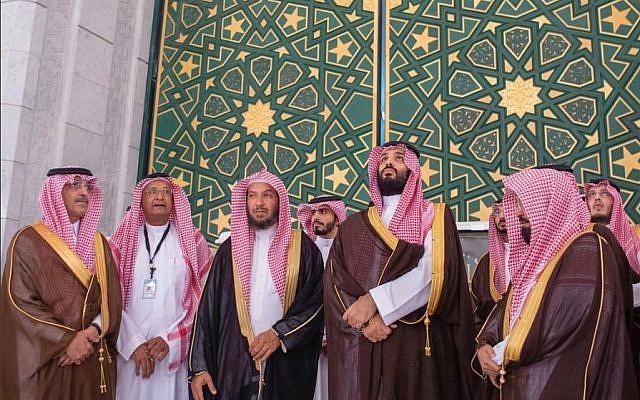 https: img.okezone.com content 2019 02 14 406 2017807 wisata-religi-putra-mahkota-arab-saudi-cium-hajar-aswad-hingga-naik-atap-kabah-BLShQMCgng.jpg