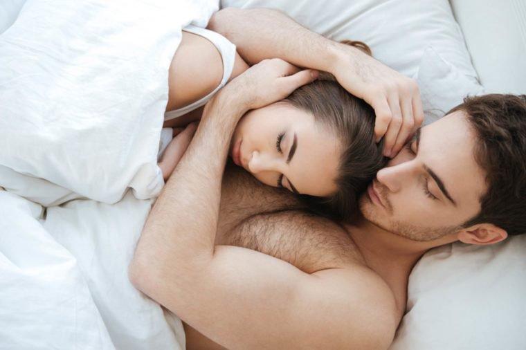 https: img.okezone.com content 2019 02 15 196 2018469 bagaimana-kondisi-hubungan-dengan-pasangan-cek-posisi-tidur-anda-8IKpJ7AHkG.jpg