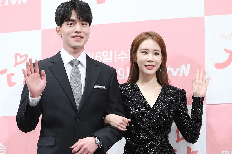 https: img.okezone.com content 2019 02 15 33 2018640 romantisnya-yoo-in-na-beri-lee-dong-wook-kado-valentine-eCgJtJutZR.jpg