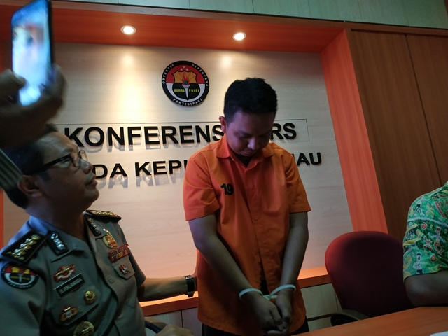 https: img.okezone.com content 2019 02 15 340 2018483 kendalikan-psk-dari-karawang-mucikari-prostitusi-online-ditangkap-U89OKIqYBe.jpg