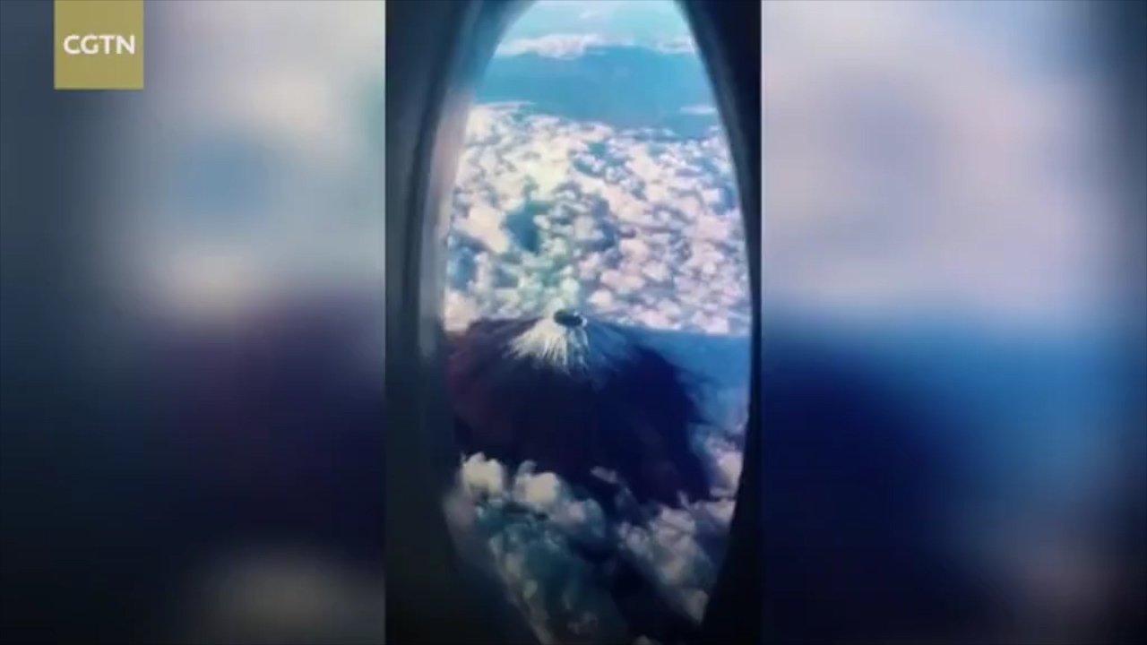 https: img.okezone.com content 2019 02 15 406 2018234 tren-pura-pura-liburan-di-atas-pesawat-ramaikan-netizen-lihat-kenyataanya-sedih-banget-Q9IA4SHZfU.jpg