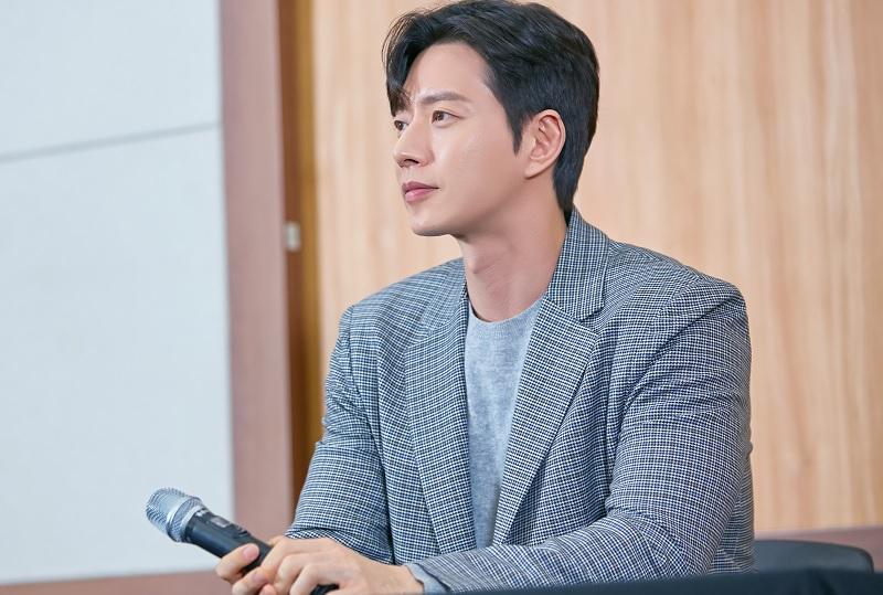 https: img.okezone.com content 2019 02 15 598 2018540 park-hae-jin-tak-sabar-main-di-drama-komedi-romantis-pertama-sejak-debut-e9qIRokutQ.jpg