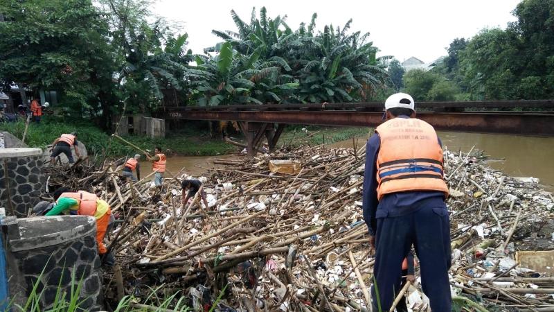 https: img.okezone.com content 2019 02 17 338 2019108 banyak-sampah-4-perumahan-dekat-sungai-cikeas-terendam-banjir-PSC2oLUqW6.jpg