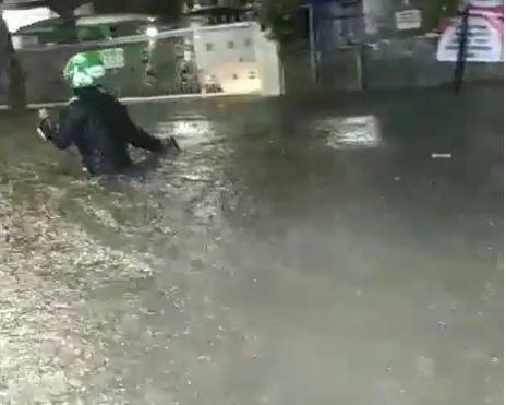 https: img.okezone.com content 2019 02 18 338 2019584 viral-driver-ojol-terjang-banjir-sepinggang-orang-dewasa-demi-antar-pesanan-MU9sahyV1G.JPG