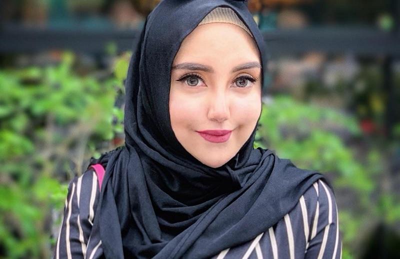 https: img.okezone.com content 2019 02 19 33 2019918 lepas-hijab-salmafina-sunan-pamer-bibir-merah-hingga-tubuh-seksi-4Cl3480Bhp.jpg