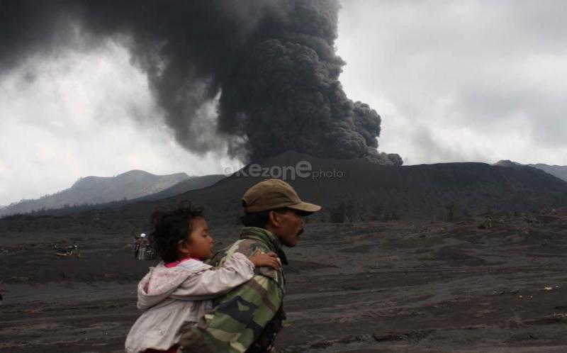 https: img.okezone.com content 2019 02 19 337 2019980 gunung-bromo-erupsi-semburkan-kolom-abu-2-929-meter-dilarang-mendekati-radius-1-km-LnSTsSjLsb.jpg