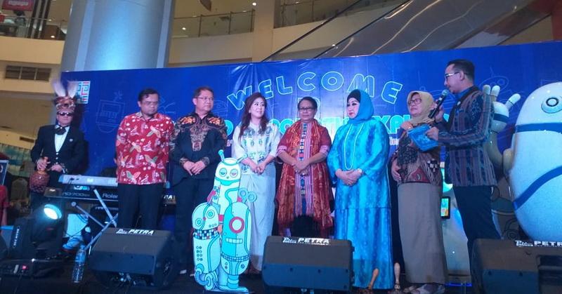 https: img.okezone.com content 2019 02 19 56 2020256 rumah-robot-indonesia-hadirkan-augmented-reality-hingga-game-virtual-reality-mexcDYoR8C.jpg