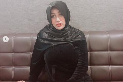 https: img.okezone.com content 2019 02 21 194 2021094 cantik-berhijab-netizen-malah-salfok-ke-payudara-pamela-safitri-1z6dO1zXsu.jpg