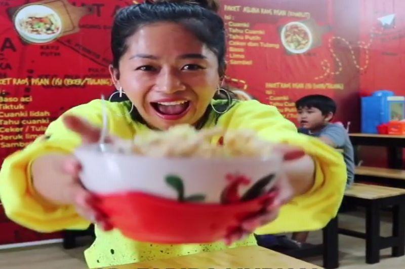 https: img.okezone.com content 2019 02 22 298 2021431 farida-nurhan-icip-icip-kuliner-artis-enakkan-punya-siapa-YVvTOMKQJO.jpg