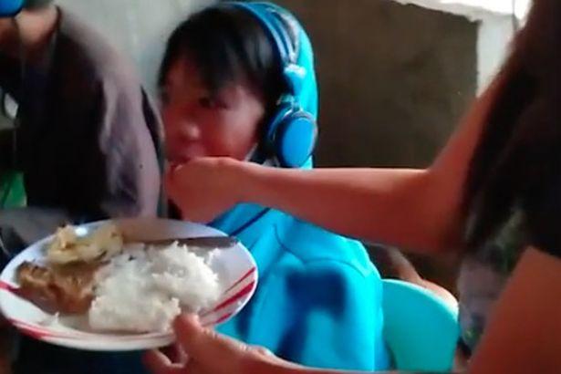 https: img.okezone.com content 2019 02 24 196 2022161 sang-ibu-suapi-anaknya-yang-bermain-game-48-jam-nonstop-jrxF7pcS7G.jpg