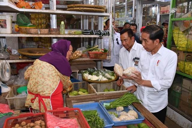 Sejumlah warga sempat memergoki Jokowi saat sedang berbelanja di pasar tradisional.