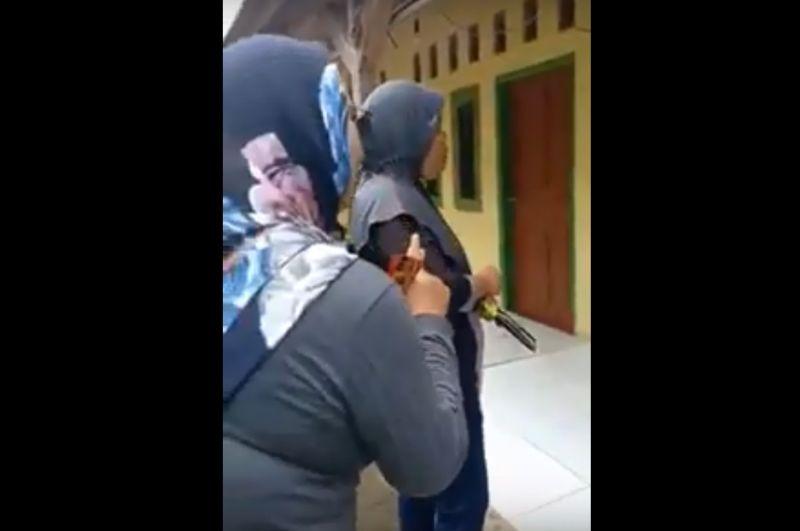 https: img.okezone.com content 2019 02 25 525 2022374 perempuan-yang-kampanye-jokowi-menang-lgbt-disahkan-dan-azan-dilarang-ditangkap-di-jabar-ZMhFUyvohw.jpg