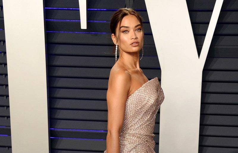 https: img.okezone.com content 2019 02 26 194 2023236 gaun-melorot-di-oscars-party-payudara-model-pakaian-dalam-ini-menyembul-YgGf5FJhCC.jpg