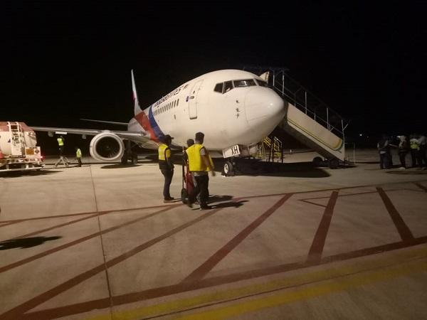 https: img.okezone.com content 2019 02 26 340 2022816 pesawat-malaysia-airlines-mendarat-darurat-di-bandara-sultan-thaha-jambi-1yUP6KqzKj.jpg