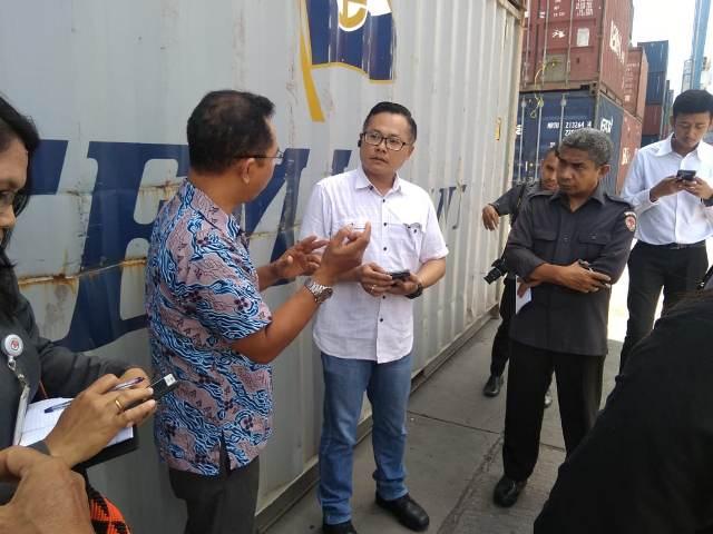 https: img.okezone.com content 2019 02 26 340 2022979 tujuh-kontainer-surat-suara-pemilu-tiba-di-pelabuhan-tenau-kupang-sb3yfzvHrh.jpg