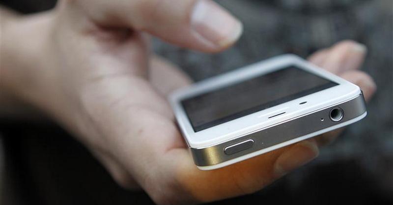 https: img.okezone.com content 2019 02 26 56 2022930 benarkah-ponsel-jadi-penyebab-seseorang-tersambar-petir-faHwUAzZSG.jpg