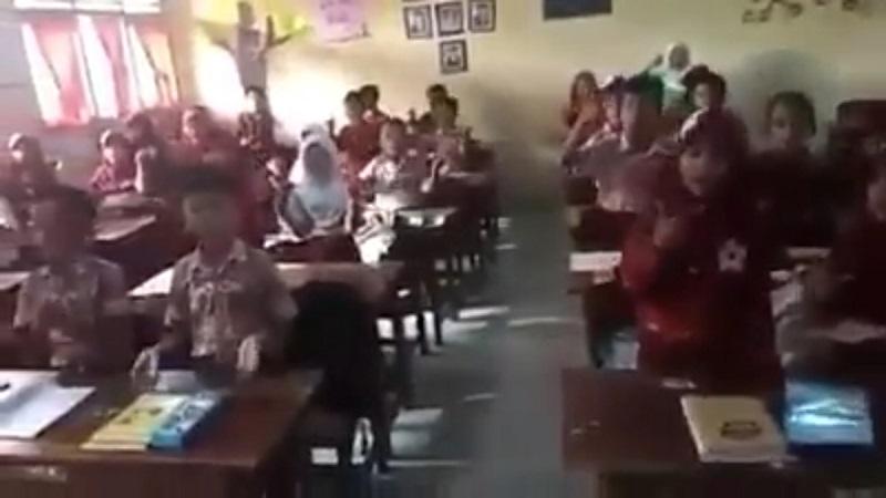 https: img.okezone.com content 2019 02 26 605 2022814 beredar-video-siswa-sd-nyanyi-lagu-prabowo-sandi-kpai-lakukan-penelusuran-7df79RzB2C.jpg