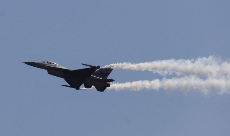 https: img.okezone.com content 2019 02 27 18 2023491 pakistan-tembak-jatuh-dua-pesawat-india-tangkap-seorang-pilotnya-EEjZ98H8M2.jpg