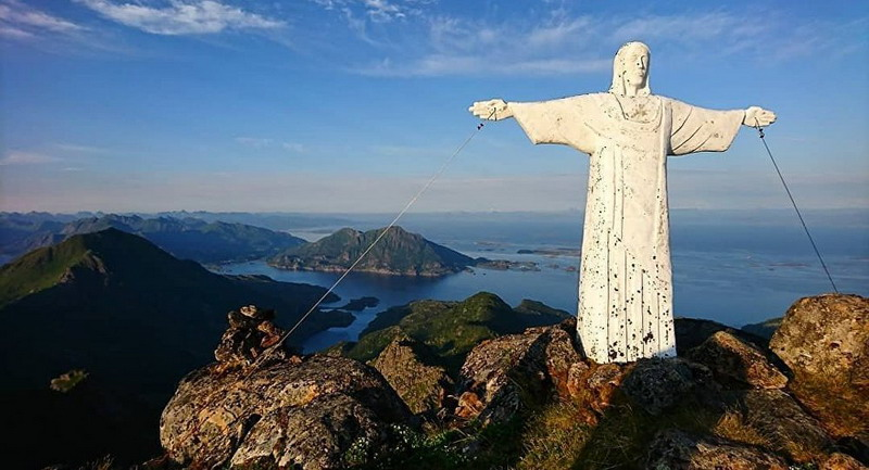 https: img.okezone.com content 2019 02 27 18 2023638 patung-yesus-di-puncak-pegunungan-norwegia-hilang-misterius-BsjYvXrIMg.jpg