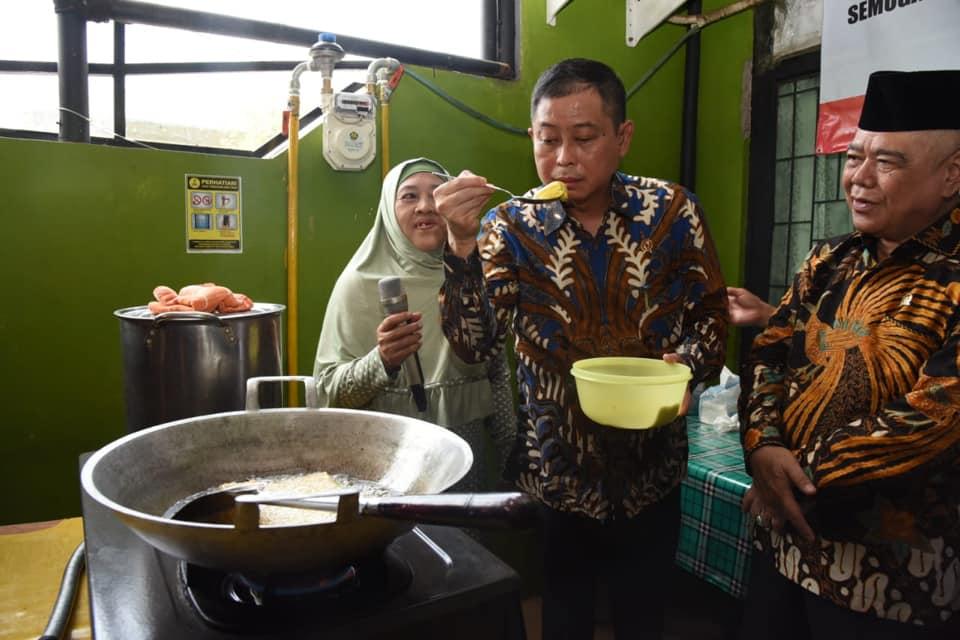 https: img.okezone.com content 2019 02 27 320 2023548 aksi-menteri-jonan-icip-masakan-di-dapur-tersambung-jargas-t7qjYJDpfl.jpg