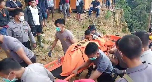 https: img.okezone.com content 2019 02 27 340 2023544 17-korban-longsor-tambang-emas-di-bolaang-mongondow-dievakuasi-3-di-antaranya-tewas-gi0o1zWZ93.jpg