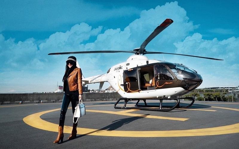 https: img.okezone.com content 2019 02 27 406 2023536 intip-transportasi-syahrini-saat-liburan-naik-helikopter-hingga-boat-princess-aljET8qUme.jpg
