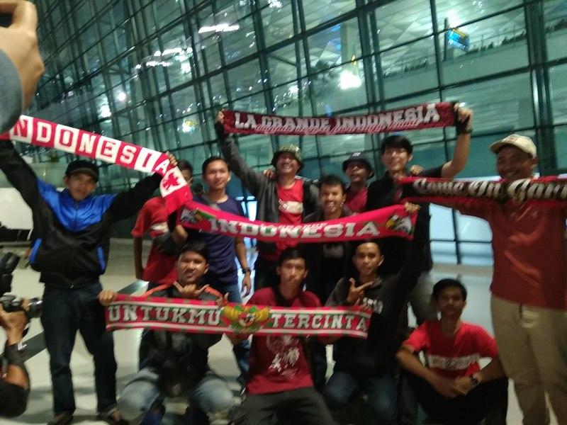 https: img.okezone.com content 2019 02 27 51 2023724 supporter-timnas-indonesia-turut-sambut-kedatangan-garuda-muda-di-bandara-soekarno-hatta-6DpXzqZdq0.jpg