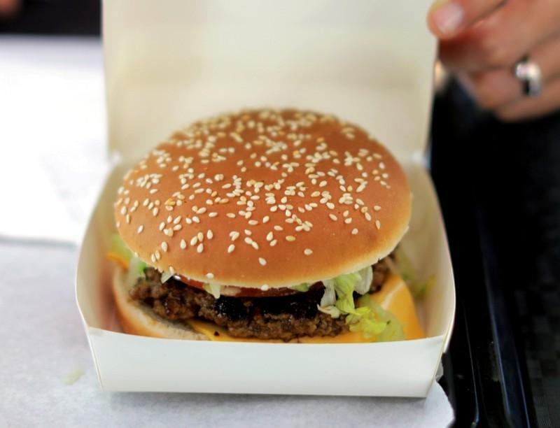 https: img.okezone.com content 2019 02 28 18 2024046 perempuan-di-abu-dhabi-ingin-bercerai-karena-suaminya-lupa-beli-burger-hsnqIAid8t.jpg