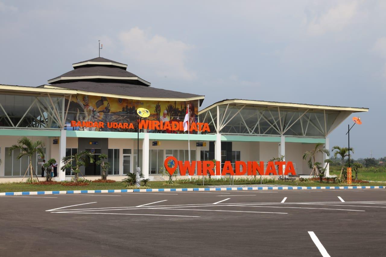 https: img.okezone.com content 2019 02 28 320 2023981 usai-diresmikan-jokowi-bandara-wiriadinata-permudah-akses-bisnis-jakarta-tasikmalaya-8ptMxqRwR4.jpg